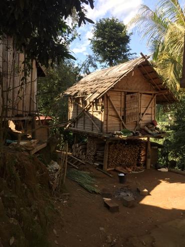 Village avec maison en bambou sur pilotis