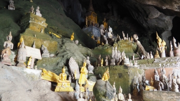 Cave de Pak Ou avec des centaines de buddhas