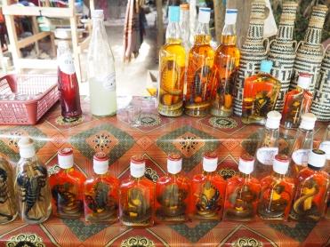 Alcool laotien avec de charmantes bêtes à l'intérieur
