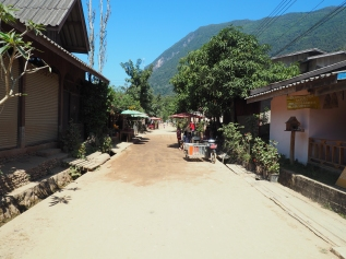 Rue principale du village de Muang Ngoy. Nord Laos.